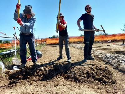 studenti all'opera negli scavi archeologici